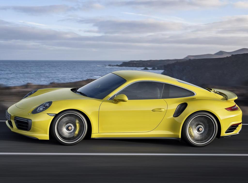 новый Porsche 911 Turbo S 2021 сбоку