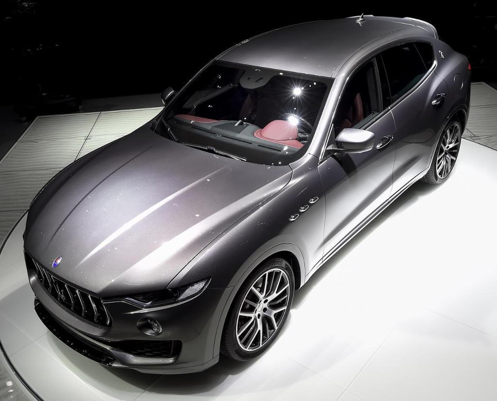 кроссовер Maserati Levante сверху