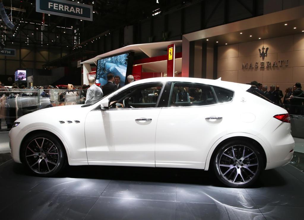 новый Maserati Levante сбоку