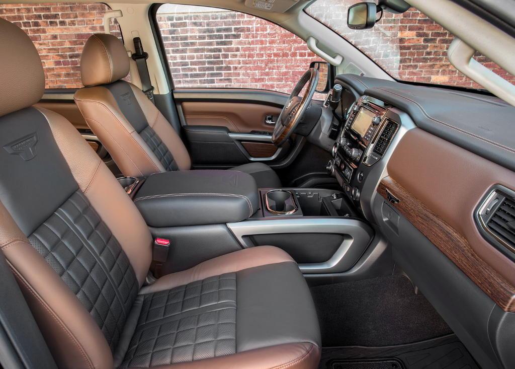 салон пикапа Nissan Titan 2017