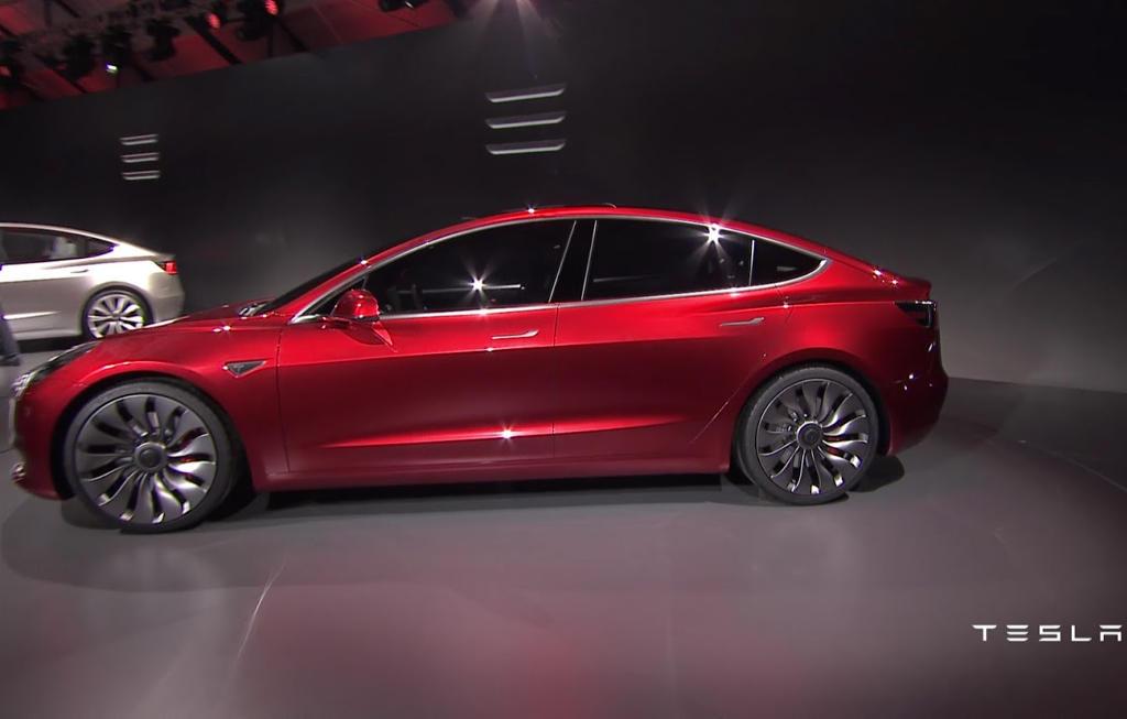Tesla Model 3 сбоку