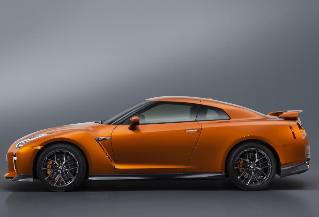 новый Nissan GT-R 2017 сбоку