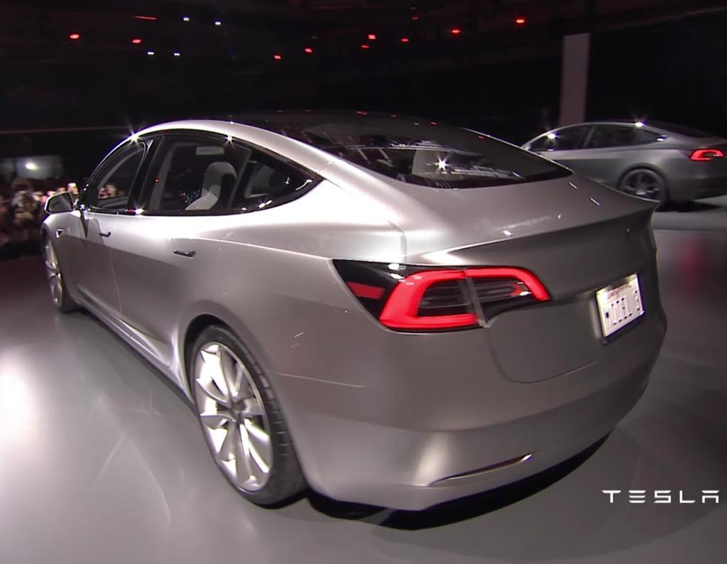 задняя часть Tesla Model 3