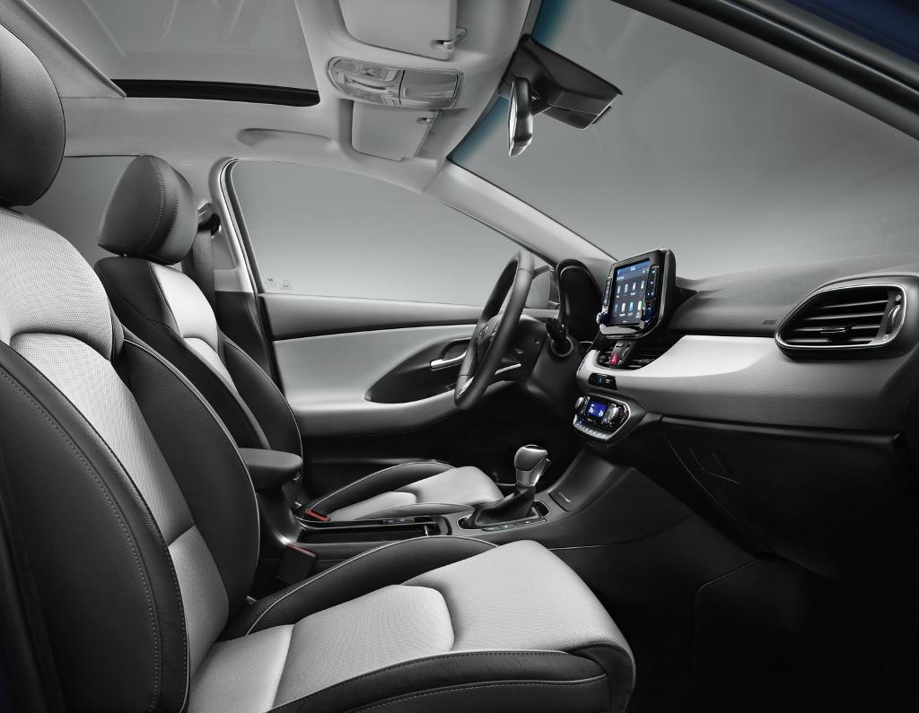 интерьер хэтчбека Hyundai i30 2017