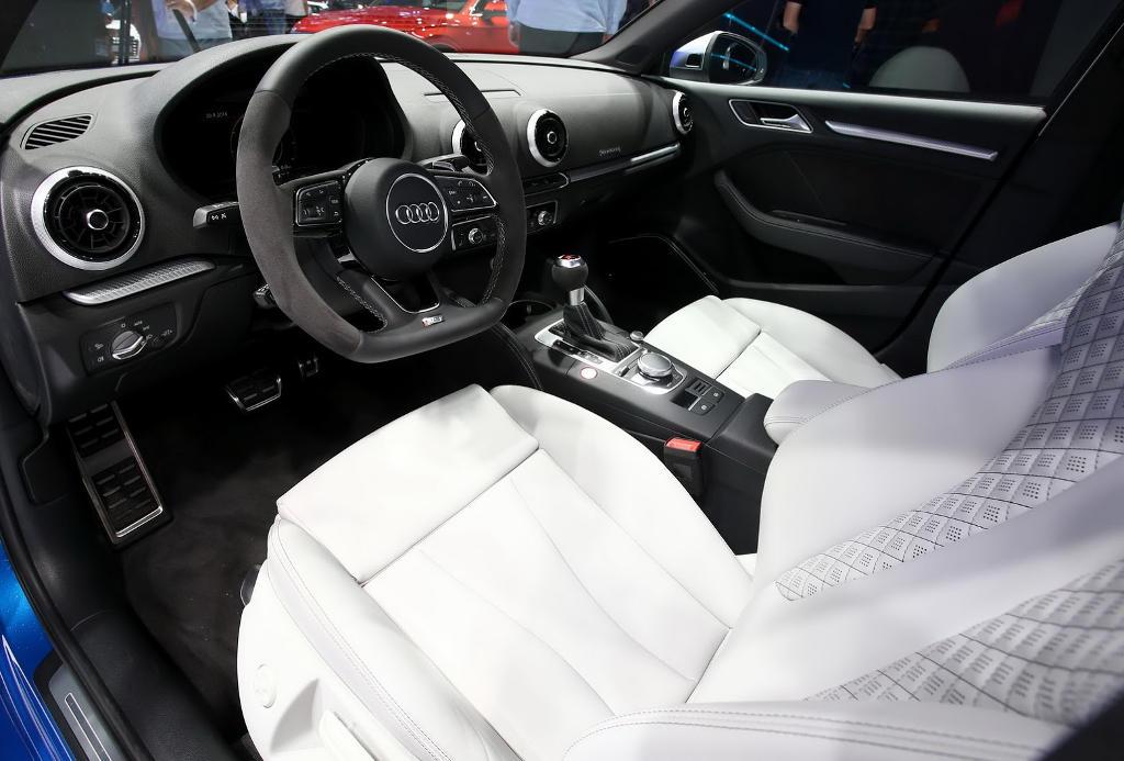 салон седана Audi RS3 2017