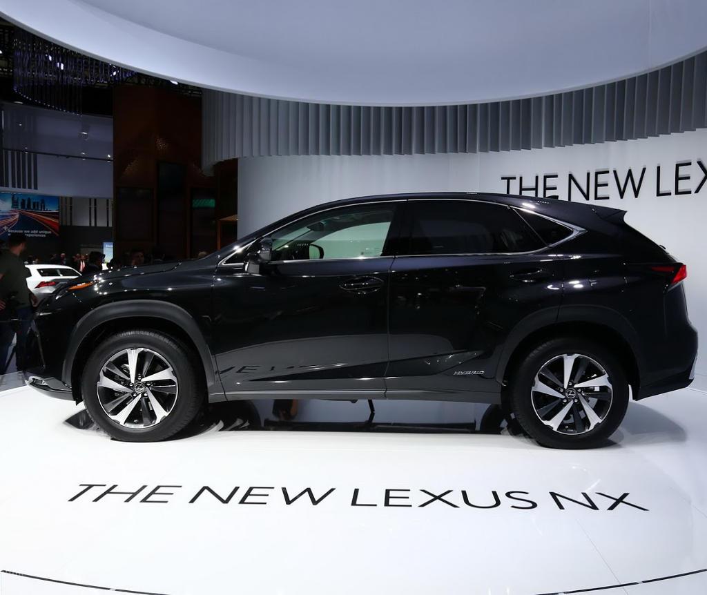 Lexus NX 2018 фото сбоку