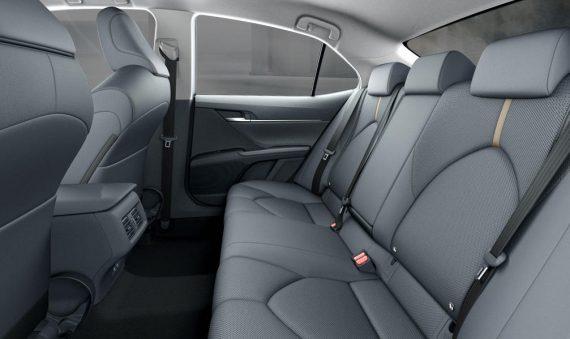 второй ряд сидений Toyota Camry 2019 года