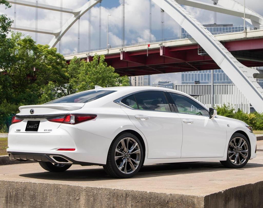 задняя часть Lexus ES 2021