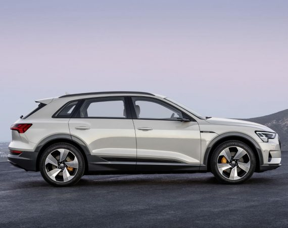 электромобиль Audi E-tron сбоку