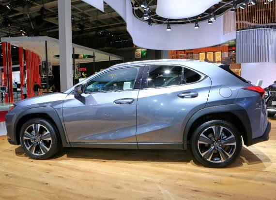 Lexus UX сбоку