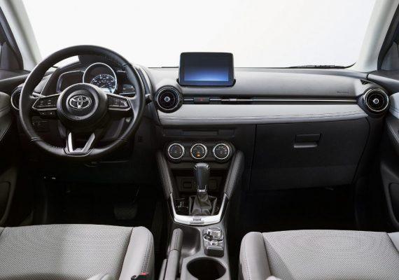 салон Toyota Yaris 2020 фото