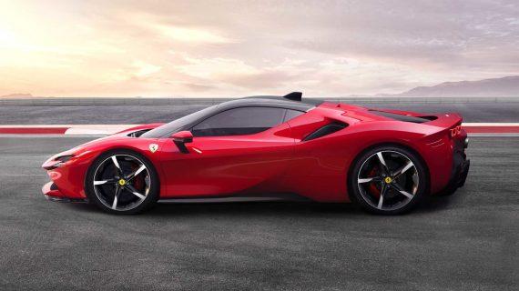 суперкар Ferrari SF90 Stradale сбоку