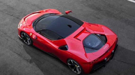 суперкар Ferrari SF90 Stradale сверху