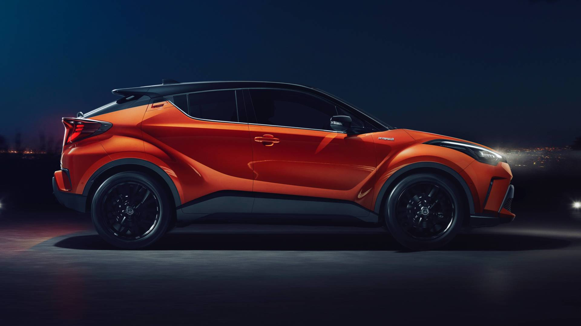фото Toyota C-НR 2021 сбоку