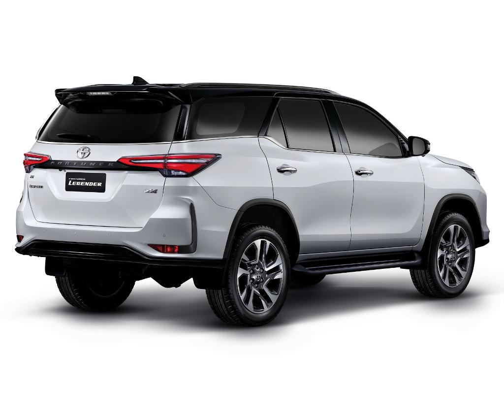 задние фонари Toyota Fortuner 2021