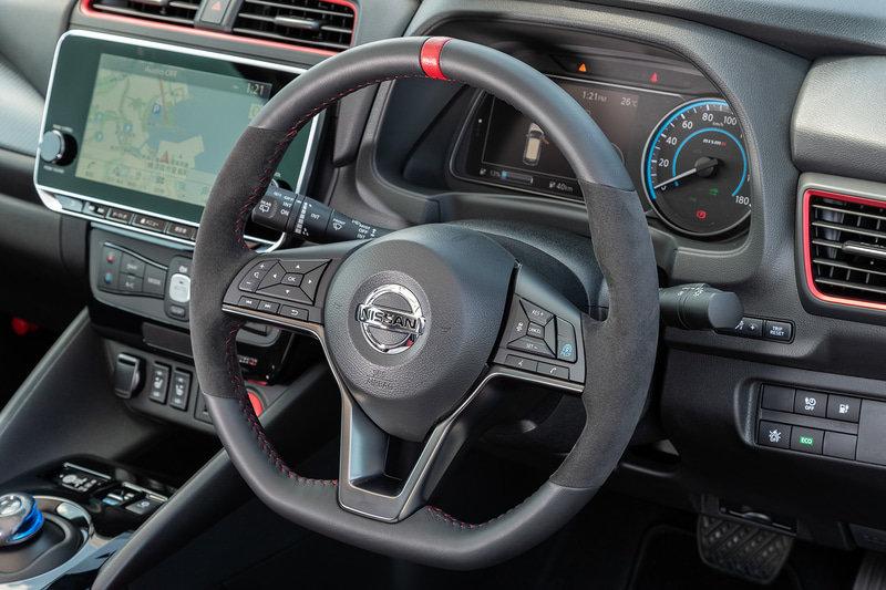 салон Nissan Leaf Nismo 2021