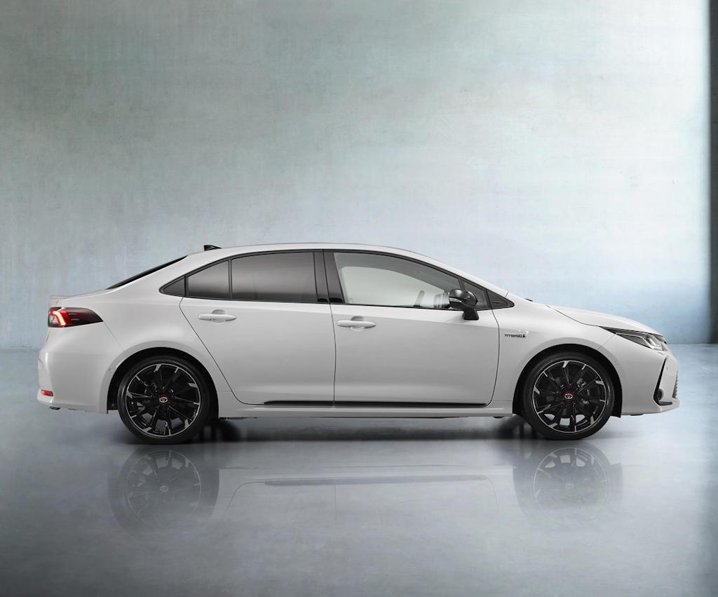 Toyota Corolla GR Sport 2021 сбоку
