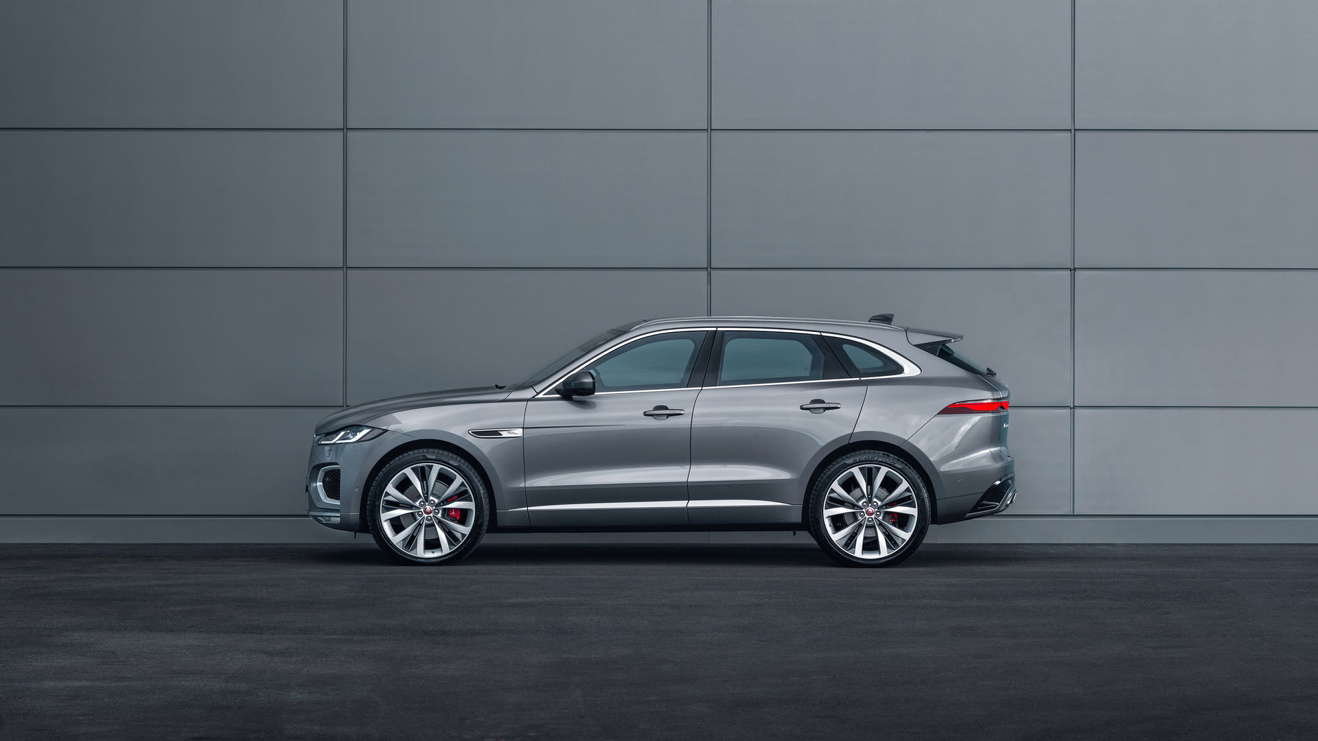 Jaguar F-Pace 2021 сбоку