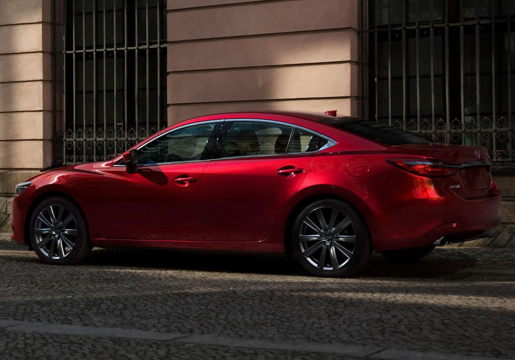 Новая Mazda 6 2021 сбоку