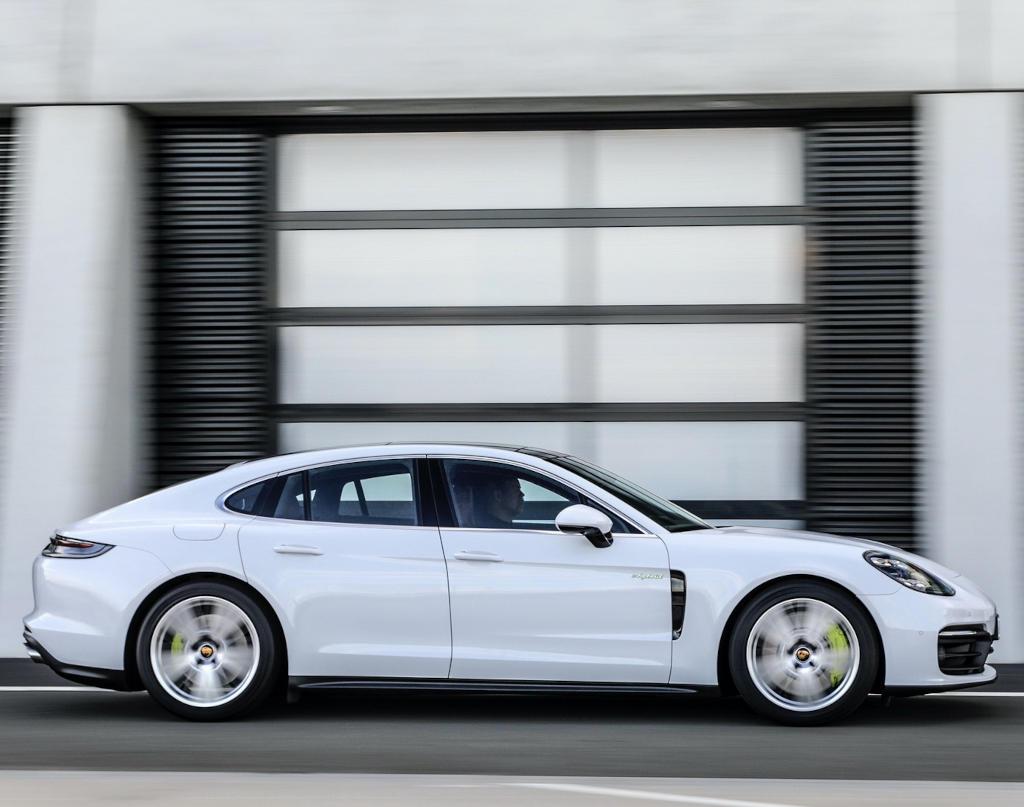 новый Porsche Panamera 2021 сбоку