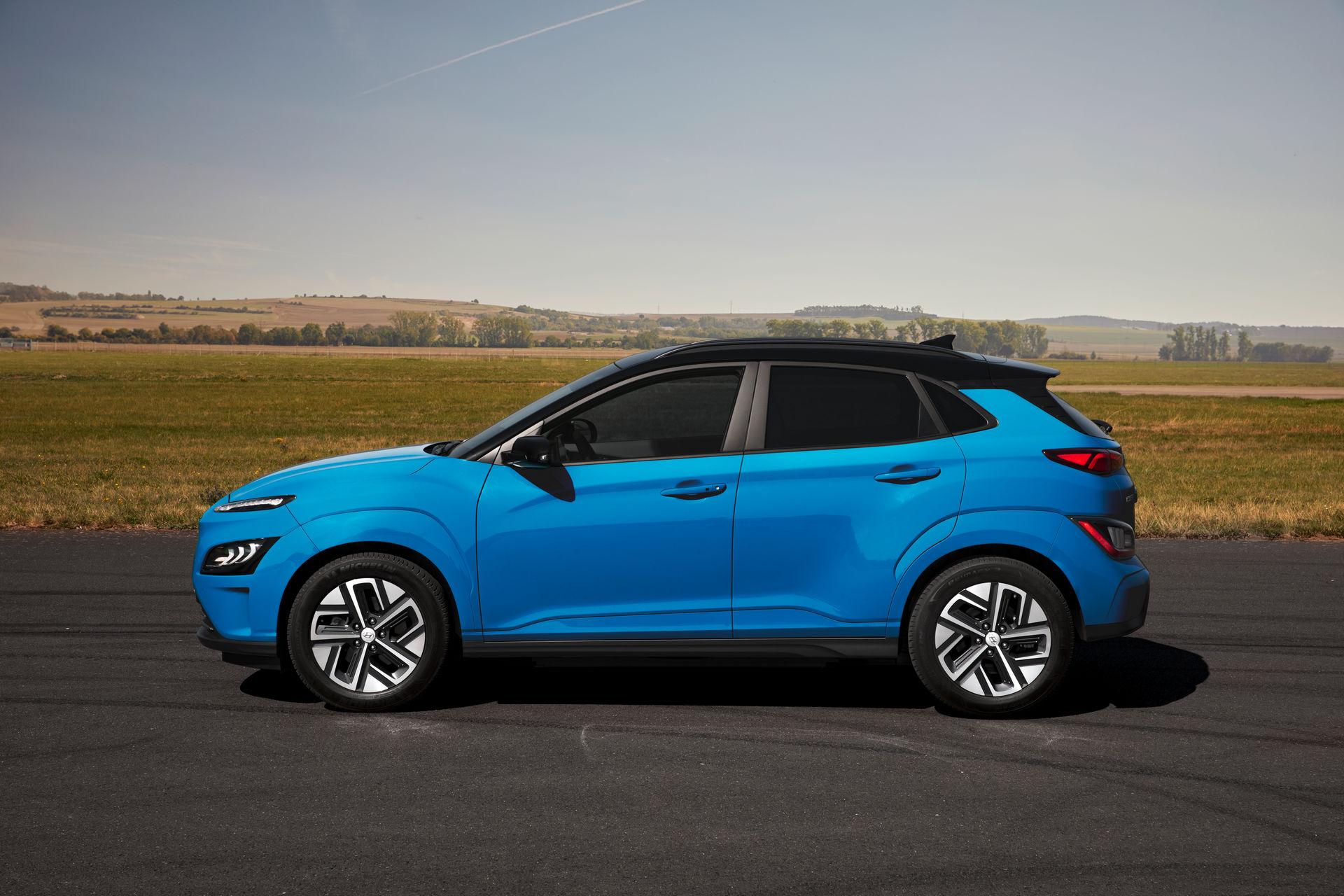 электромобиль Hyundai Kona Electric 2021 сбоку