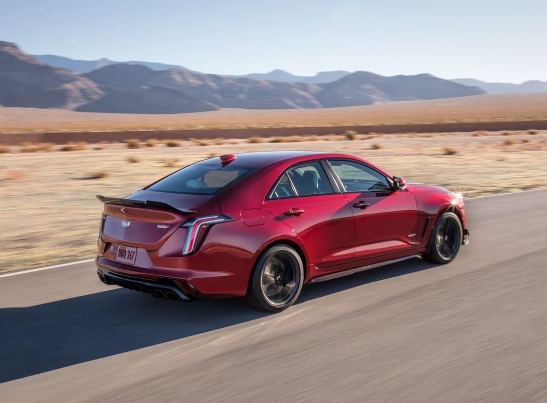 новый Cadillac CT4-V Blackwing 2022 сбоку