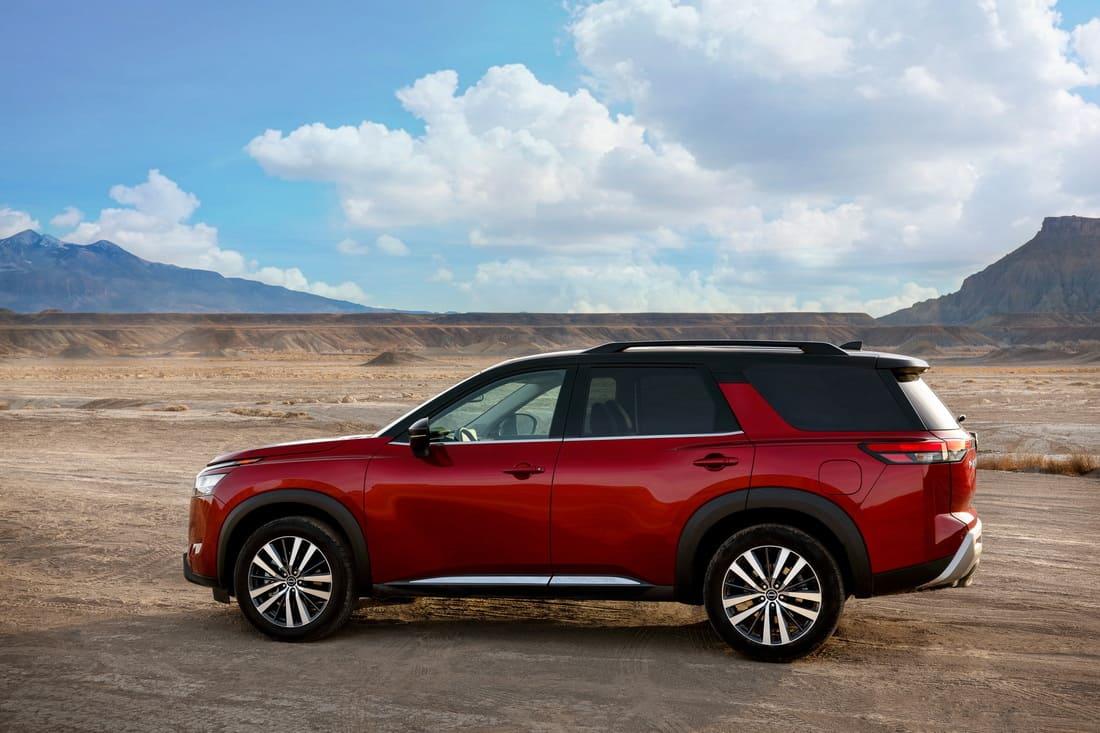 новый Nissan Pathfinder 2022 сбоку