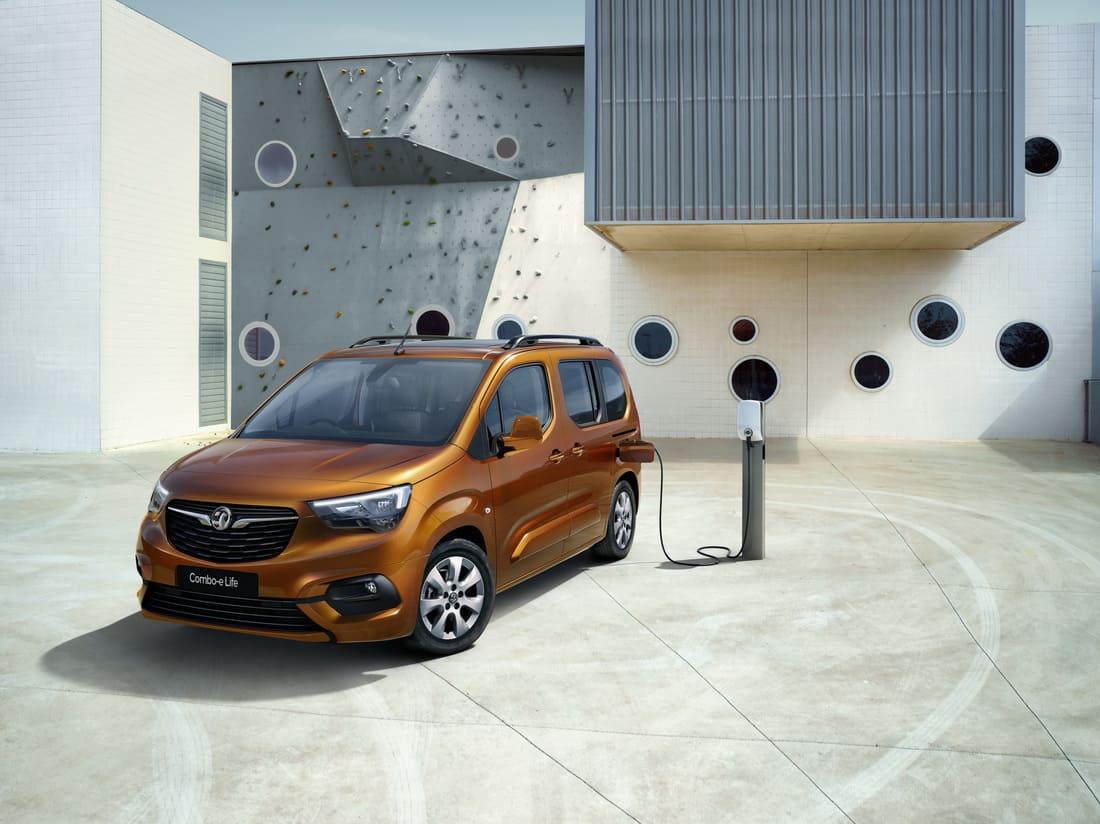 Opel Combo-e Life 2022 на подзарядке