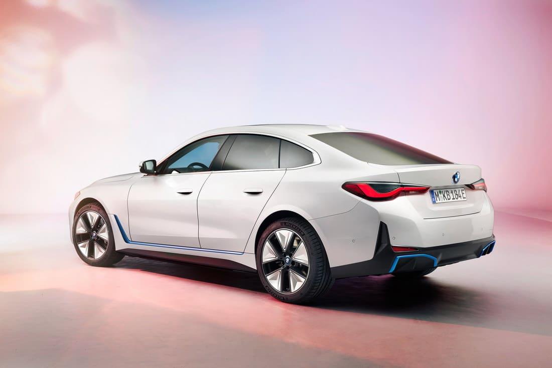 электромобиль BMW i4 2022 сбоку