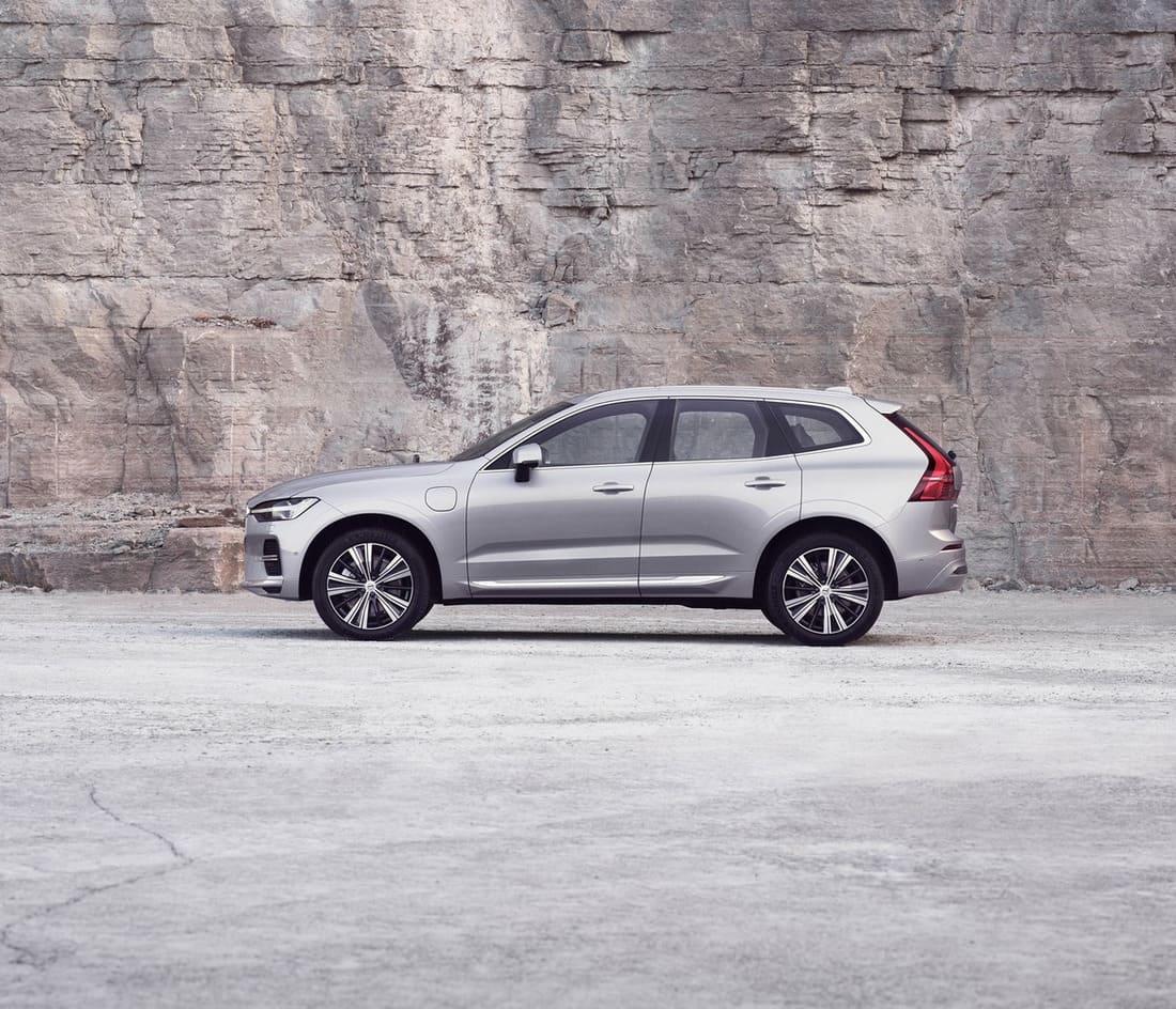 Volvo XC60 2022 сбоку
