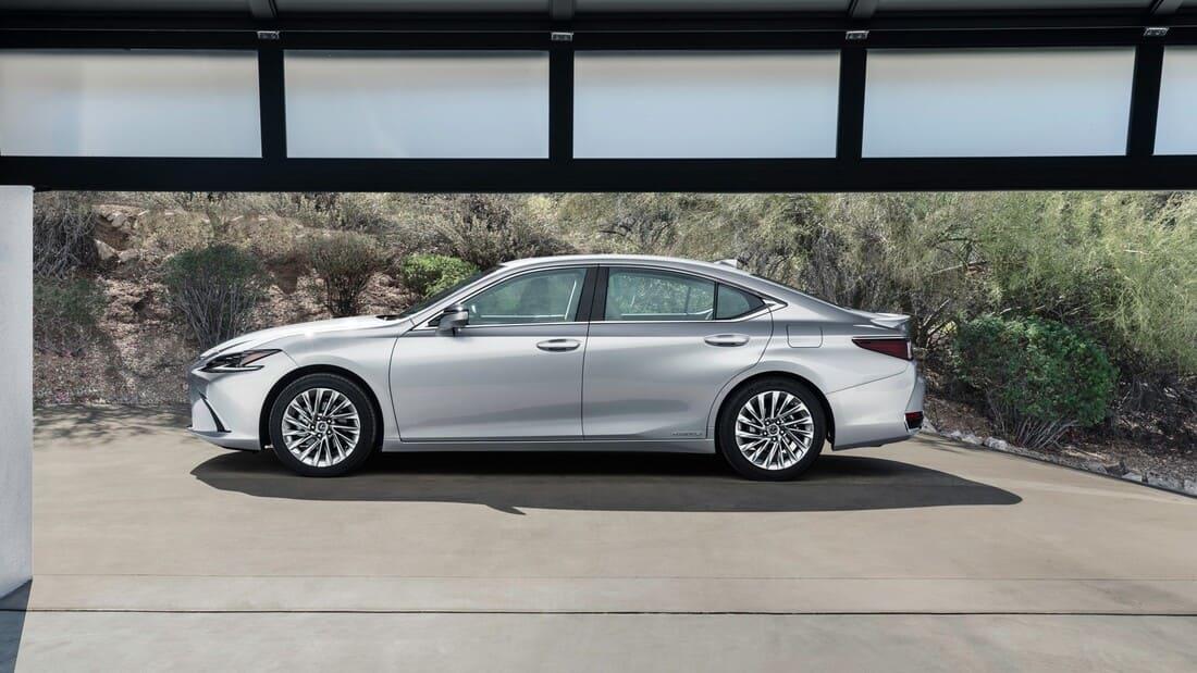 Lexus ES рестайлинг 2022 сбоку