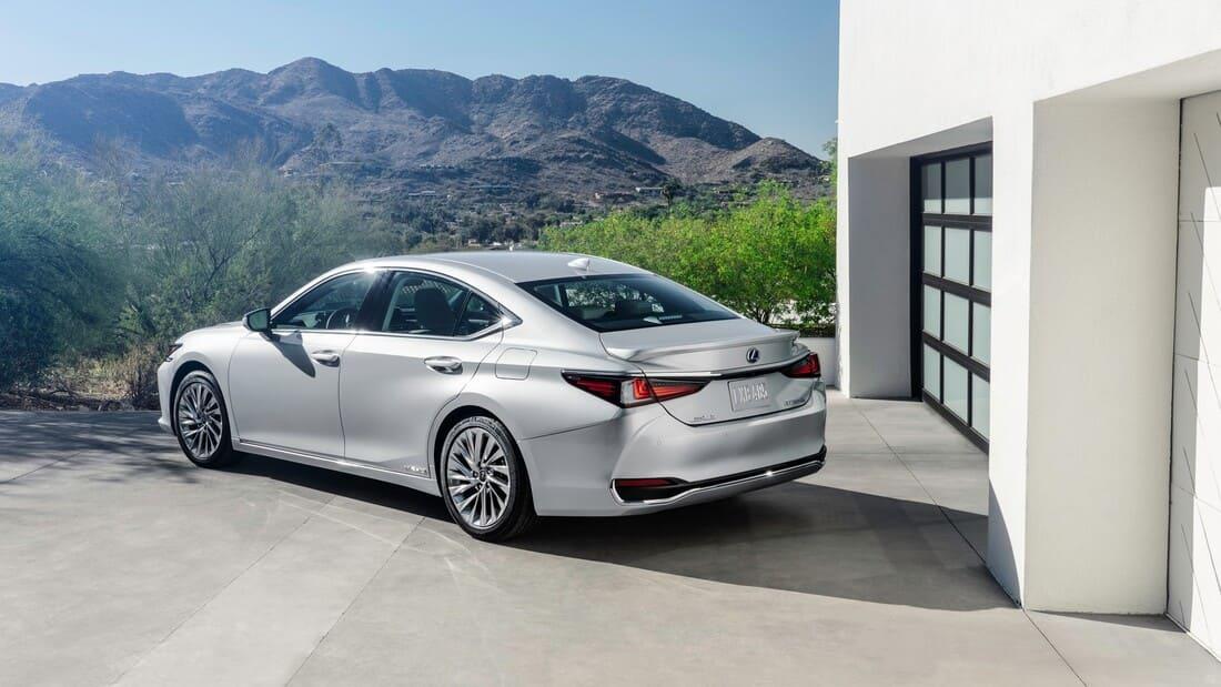 задняя часть Lexus ES рестайлинг 2022 года