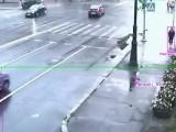 Девушка чуть не попала под колеса джипа (видео)
